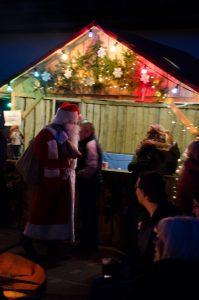 Und da kommt auch schon der Weihnachtsmann!