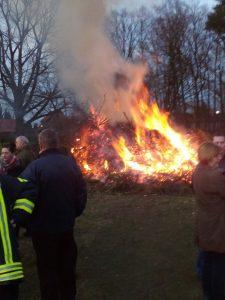 Das Osterfeuer brennt.