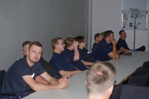 Konzentriertes Zuhören während der Unterrichtsstunde