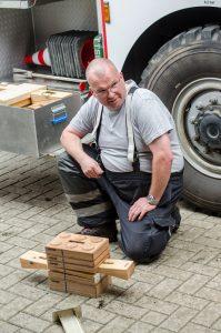 Heiko Linne demonstriert das neue Klötzchen-System zum Unterbauen von Autos