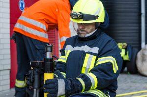 Am hydraulischen Rettungssatz wird immer mit Handschuhen und geschlossenem Visier gearbeitet