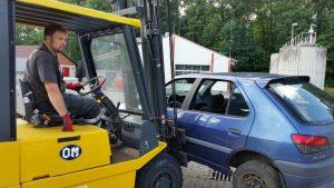 Das Übungsfahrzeug wird wieder abtransportiert