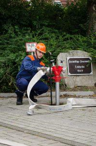 ... und Ankuppeln der Schläuche der Herstellung der Wasserversorgung.