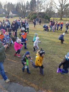 Kinder beim Suchen der Ostereier