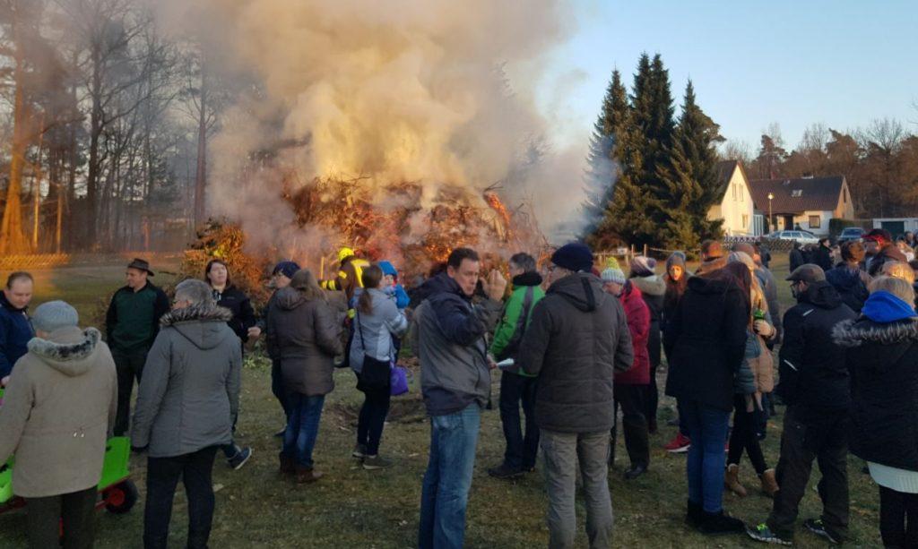 Osterfeuer und Besuchermenge