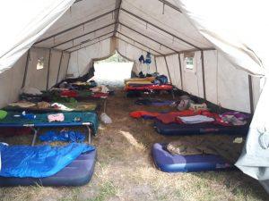 Bettenlager im großen Schlafzelt