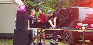 DJ Flip bereitet den Disco-Abend vor